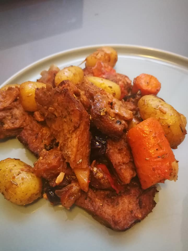 תבשיל סוי ג׳וי ירקות שורש ופירות יבשים
